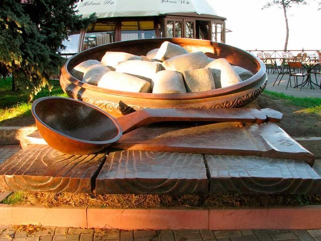 странными памятниками в Полтаве