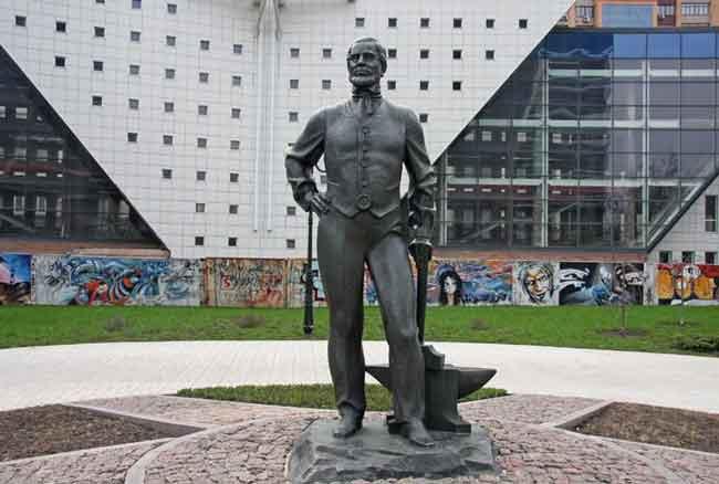 Памятник Джону Юзу в Донецке